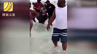 佛州海滩80人组成人链 拯救困在海中的一家9人