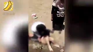 甘肃一小伙与丈母娘起冲突 当众脱光其衣服暴打