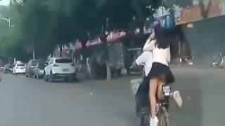 实拍短裙妹子站在电动车上走光 一路被拍浑然不知