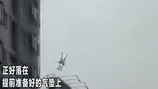 白衣女18楼跳下 砸中救生气垫重伤