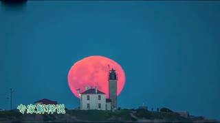 美轮美奂!美国罗德岛橙红色圆月升空