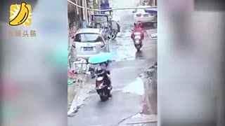 监拍孕妇骑车撞倒小孩 二次碾压头都不回逃逸