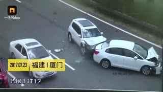 监控男女抱娃横穿高速,差点被撞死
