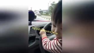 泰国一父亲分享10月大宝宝开车视频遭网友指责