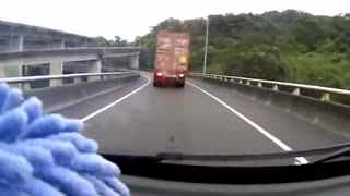 女司机亲眼目睹,货车前一秒还在,下一秒消失了