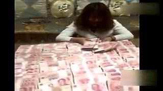 女富豪千万现金表白男主播 疯狂举动引争议