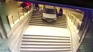 女司机看错停车场入口 驾车冲下楼梯