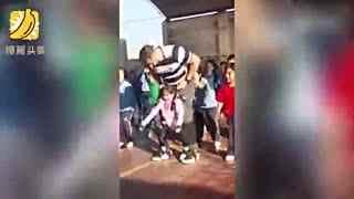 脚掌上的舞蹈 老师将残疾女孩绑在身上一起跳舞