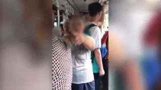 实拍女孩公交上玩手机_遭老汉当场殴打大骂