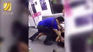 女子怀疑被人偷摸地铁内撒泼 大喊:杀人啦