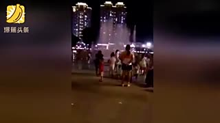 两女子街头偷小孩直接拉走 母亲竟在旁边拍照