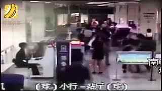 小伙不配合安检 连人带包钻进安检机
