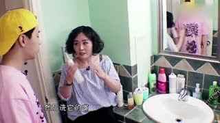 宠物主人教刘宪华给狗狗洗澡
