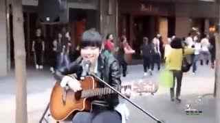 超可爱!邓紫棋16岁街头卖唱视频曝光