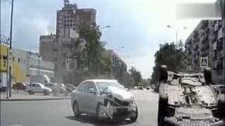 男子开奥迪车闯红灯不减速 监控拍下这悲惨一幕