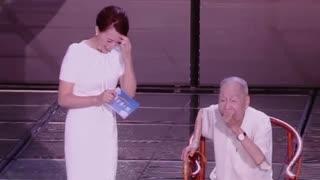 董卿跪地采访 向96岁翻译大师致敬