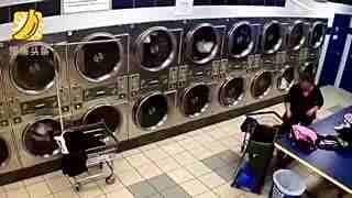 老翁急速倒车撞进洗衣店 伤员被撞飞到烘干机里