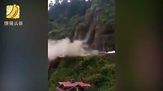 印度一汽车遇山体滑坡被掩埋 场面十分震撼