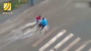 俄罗斯洪水冲走婴儿车推土机截流助营救