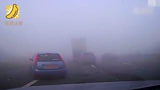 高速公路突遇大雾 来不及刹车致车连环相撞