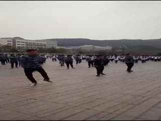 这是哪个学校的孩子?想去他们学校卖鞋,这样跳广播体操挺费鞋的