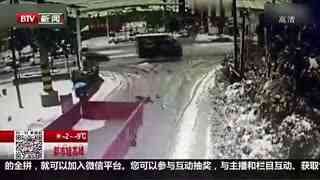 女子骑电动车遭大货车碾压 跳车后奇迹生还