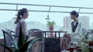《生于70年代》若琳和温董在阳台促膝长谈