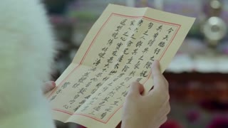 《喋血长江》夏晓倩看到向不争意欲划清界限的亲笔信。