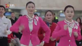 """小猪佩奇""""快闪""""杭州机场 玩猜拳跳街舞萌翻天"""