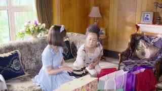 《功夫之爱的速递》孙月买了礼物见赵母,并表示要帮老人找回青春,赵母指责她糟蹋钱
