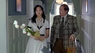 《破晓》女人换上素雅白裙希望博得探长欢心,刚到律师病房,就被特务劫走