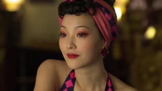《破晓》特务去舞厅,与女人吧台小酌,女人讥讽特务与探长都是纸老虎