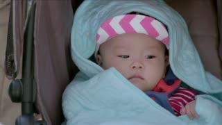 《真心想让你幸福》单亲妈妈带着宝宝打疫苗,换了尿不湿的功夫,位子被占还被欺负了