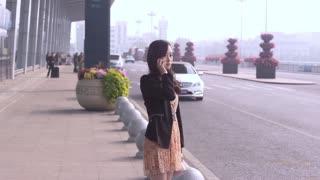 《谎言的诱惑》小模特要去北京闯荡,富家男说要养她,一把搂入怀中