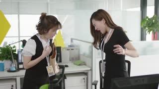 《赛小花的远大前程》女子拿吃的去认识新同事,不仅遇到好色男,还遇到高傲女