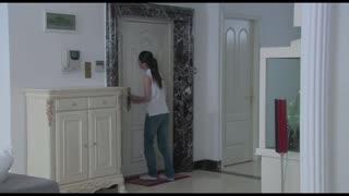 《温柔的谎言》女主人刚指责保姆举止轻浮,下一秒却冲进一个男子对她又搂又抱