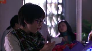 《佳期如梦》总裁向女生表歉意,送其玫瑰花当作赔礼,却被女孩嫌弃