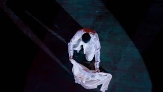 《魔都风云》年轻魔术师登台,魔术内容精彩且感人,观众席屏住呼吸鸦雀无声