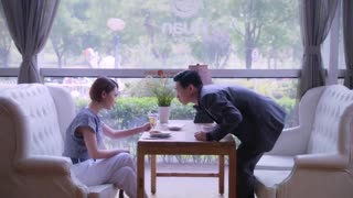 《老妈的桃花运》男子约女孩吃饭,对女孩疯狂展开追求,女孩对其毫无感觉