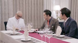 《熊爸熊孩子》迈克宋酒桌上刁难熊雄,看到美女段雨楠,立刻转变了态度