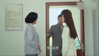 《小草青青》女子在家找到证明孩子身份的照片,女子想说真相,母亲却寻死觅活