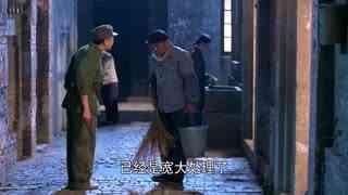 《两个女人的战争》父亲被人欺负,要他把厕所舔干净,赵欣梅看着嘴里都变苦了!