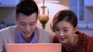 《两个女人的战争》赵子博给淑荣带来电脑,淑荣开心的像个孩子,迷上了偷菜!