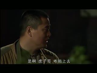 《地雷战传奇之锄奸行动》赵小栋混进戏班子里,退场时使出飞镖,将刘振堂刺伤