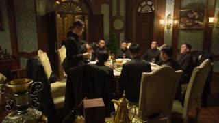 《破晓》男人与兄弟在举行宴会,这时男主打算侵入,他是否会成功?