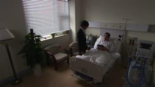 《守望的天空》女儿把母亲的日记带给病危父亲,父亲看完日记后,悄悄出院