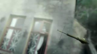《特种兵》鬼子拿着大炮准备轰炸特战队,不料被狙击手打中偏移了轨道,真牛