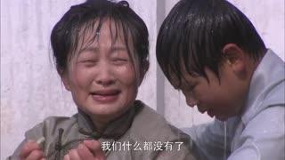 《团圆》赵妈打算把自己的玉镯当了,在当铺门口却碰到小偷,玉镯被压碎