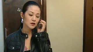 《跨国阴谋》黑帮女老大出去打电话,教授欺骗众人上厕所,趁机偷偷逃跑!