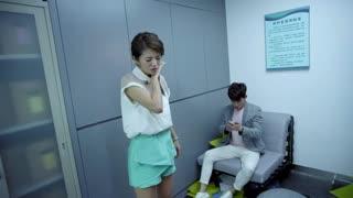 《御姐归来》男女朋友被人锁在办公室,为了争一张沙发,竟差点大打出手